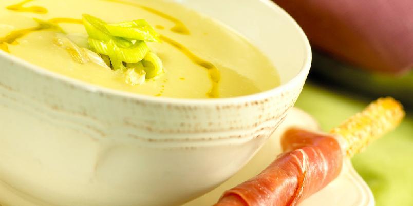 Potet- og purresuppe - Luksusutgaven av potetsuppe får du ved å servere suppen med noen dråper trøffelolje og grissini surret med spekeskinke.