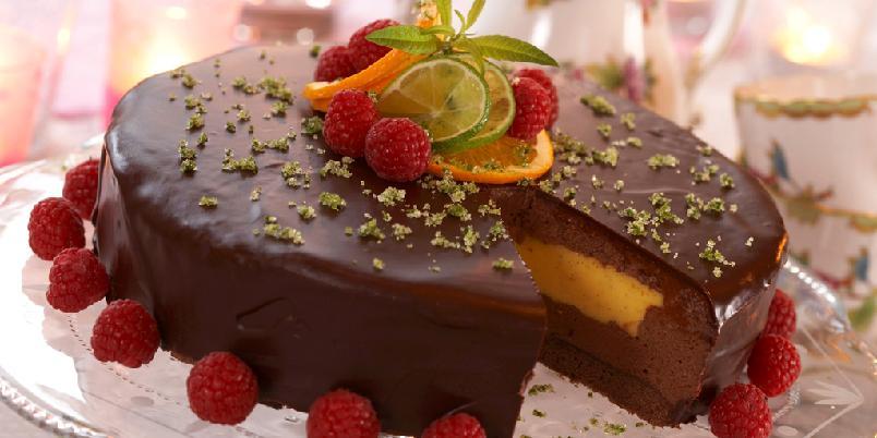 Trøffel- og vaniljekremkake - Sjokoladebunn med trøffelkrem og hjemmelaget vaniljekrem innerst i kjernen. Denne kaken er helt eksepsjonelt god!