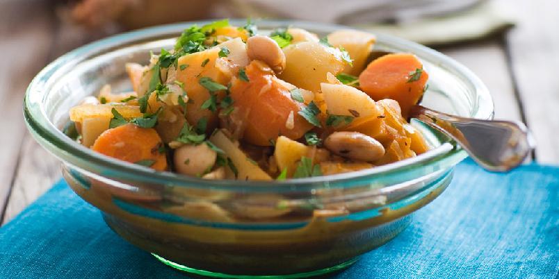 Vintergryte - Rotgrønnsaker, kål og bønner sammen med spennende krydder. Med naturris som tilbehør, blir dette en vitaminbombe når vi trenger det som mest.