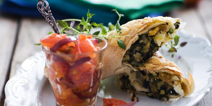 Burritos med linser og fetaost - Spinat, linser, aprikoser og fetaost er godt og spennende fyll i disse gratinerte burritosrullene.