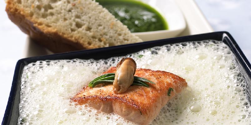 Suppe på laks og blåskjell - Kremet fiskesuppe, denne med blåskjell til en forandring, er noe de fleste liker. Server den til hverdags eller til fest. En urteolje er spennende tilbehør.