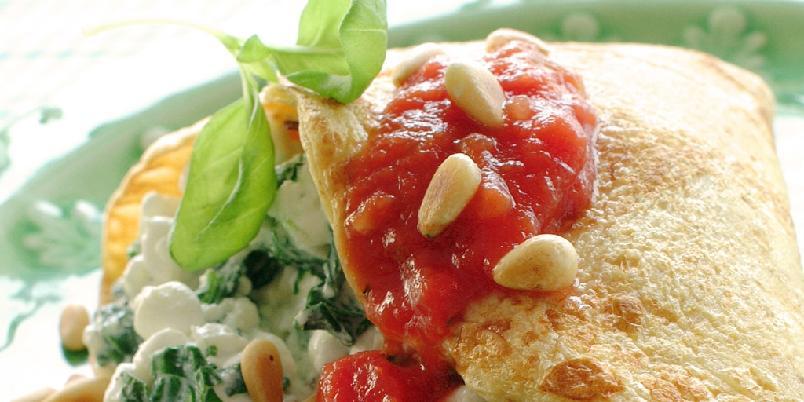 Pannekaker med spinatfyll og tomatsalsa - Med litt sammalt mel i røren, blir det ekstra sunne pannekaker. Fyllet er også sunt, spennende og godt!
