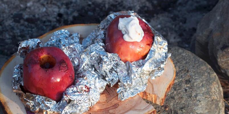 Fylte epler - Eplene er fylt med sjokolade, rosiner, sukker og kanel. De stekes på bål og serveres med vaniljekesam. Om du ikke har vaniljekesam, kan du bruke vanlig kesam tilsatt litt vaniljesukker.