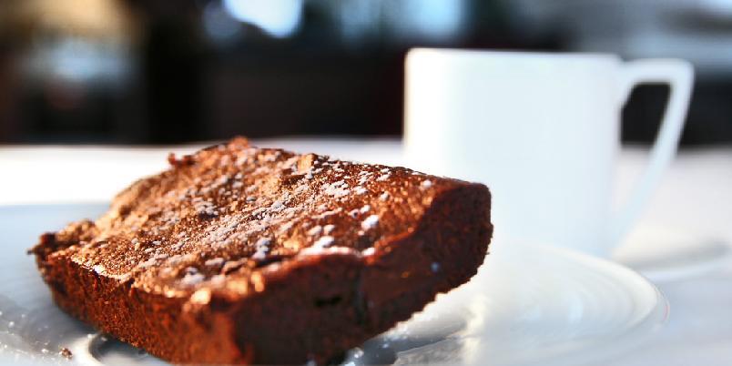 Brownies - Brownies er og blir en fantastisk kake. Denne oppskriften er på en klassisk brownie med sjokoladebiter og litt kaffe.