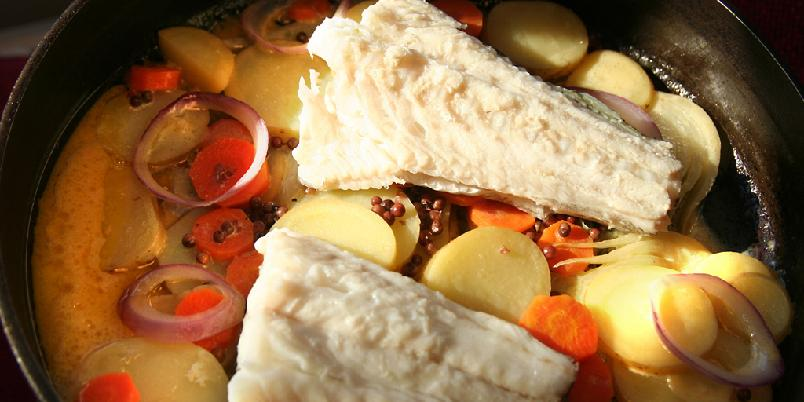 """Torsk med potet og fløtesaus - Denne retten er en """"one pot wonder"""" - alt i ei gryte. Retten gir deg saus, fisk og grønnsaker i ett!"""