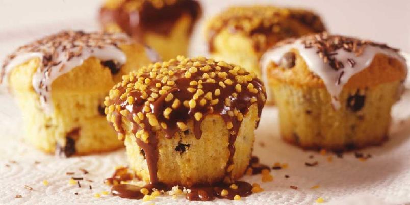Muffins med sjokoladebiter - Sjokoladeglasur og knasende kakestrøssel gjør disse muffinsene ekstra gode.