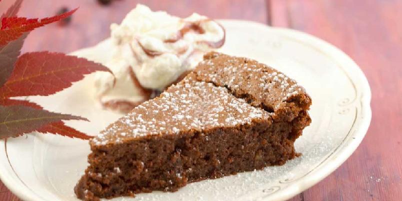 Sjokoladekake med solbær - I denne oppskriften er det brukt malte mandler som mel. Derfor er denne kaken både fantastisk god og egner seg ypperlig for de som har melallergi.