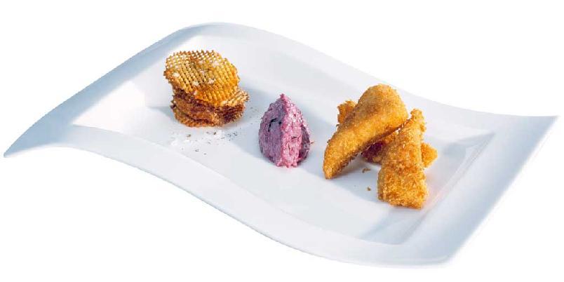 Fritert ishavsrøye med chips - To sprø saker på én gang, kombinert med kremet rødbetsalat.