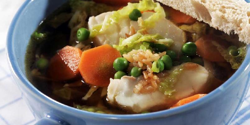 Klar fiskesuppe med ris - Det er vanligst med kremet fiskesuppe i Norge, men hvorfor ikke prøve en klar variant? Denne er krydret med ingefær – et pikant fiskekrydder.