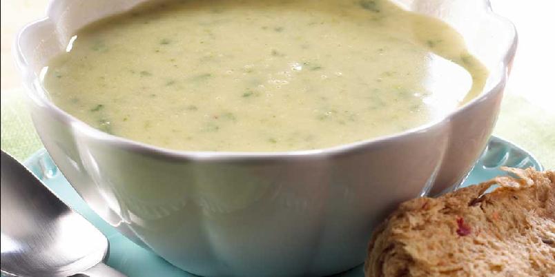 Purre- og hvitløksuppe - Denne suppen kremer du ved å kjøre den i blender. Sammen med ferskt brød, blir dette et deilig måltid.