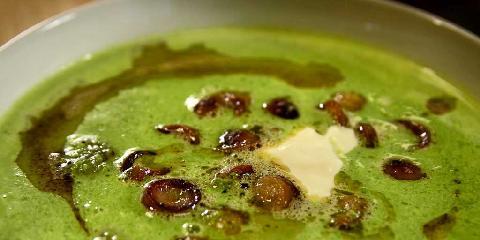 Grønn ertesuppe med pølsebiter - Denne ertesuppen laget av frosne erter lager du på et blunk.