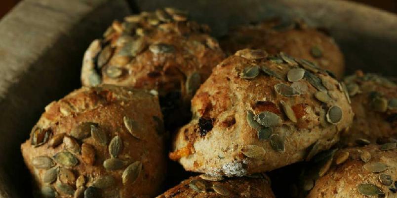 Müslirundstykker - Saftige og smakfulle rundstykker med gresskarkjerner og tørket frukt. Smaker godt til syltetøy eller en god ost.