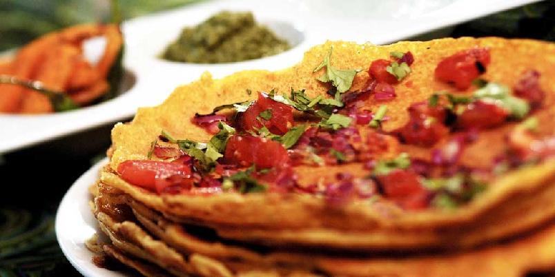 Pannekaker av kikertemel - Disse indiske pannekakene serveres med chutney og krydderchae om vinteren og lassi kefirdrikk om sommeren. Dette er en sunn og meget mettende frokost også for dem som har glutenintoleranse.