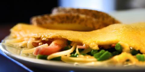 Rask omelett med ost og skinke - Denne omeletten passer både som middag og lunsj. Det skal ikke ta deg mer enn 10 minutter å lage den...