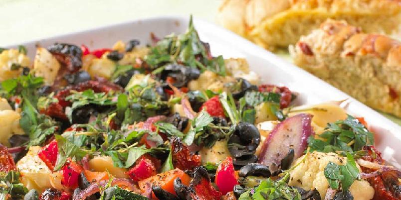 Hvitløksgrønnsaker - Deilige ovnsbakte grønnsaker med urter og balsamico. Spises som vegetarrett med godt brød til, eller som tilbehør sammen med stekt kjøtt eller fisk.