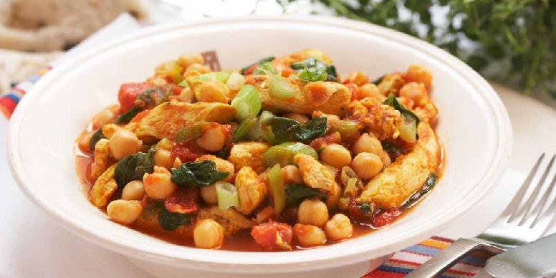 Kyllinggryte med tomat og kikerter - En lettlaget og velsmakende gryterett med avdempet kryddersmak. Øk mengden chili og spisskum om du vil ha den sterkere. Smaker godt med med basmatiris til.