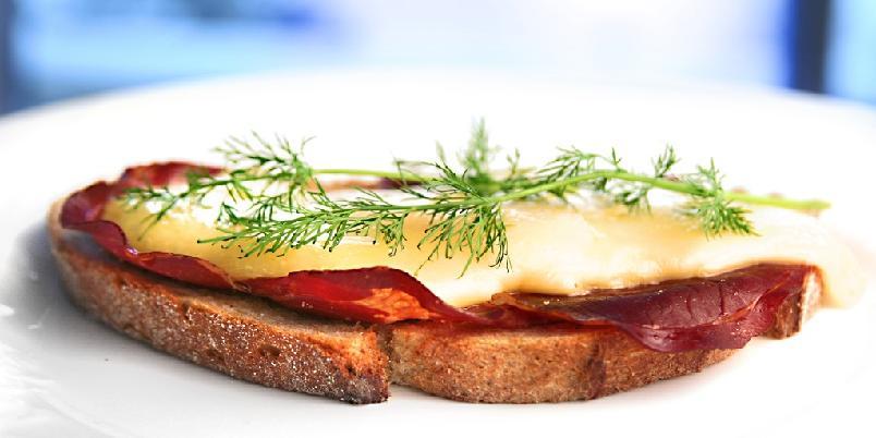 Helnorsk ostesmørbrød - Et helnorsk ostesmørbrød kan for eksempel se slik ut.