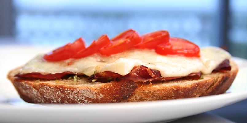 Spansk ostesmørbrød - Her kommer et nydelig, spansk måltid i all sin deilige enkelthet.