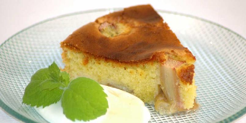 Rabarbrakake med ostekrem - En enkel og saftig rabarbrakake, servert med ostekrem med vaniljesmak.