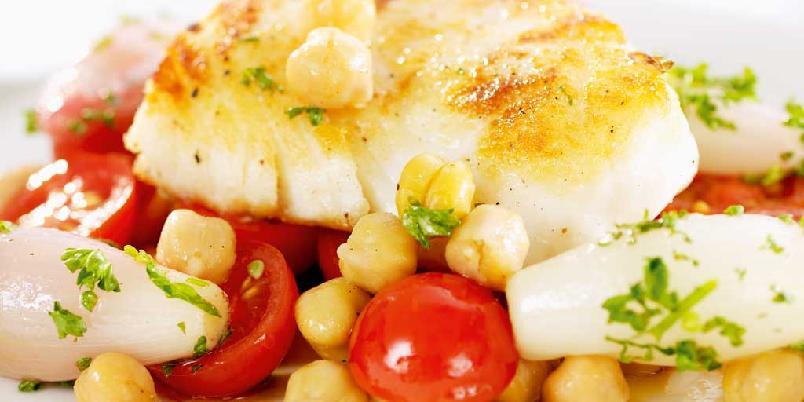 Stekt fisk med kirsebærtomater, kikerter og sjalottløk - Et kjapt og sunt fiskemåltid med festfølelse til hverdags.