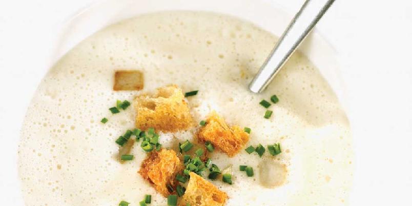 Jordskokksuppe med gressløk og krutonger - En nydelig kremet suppe med jordskokkens nøtteaktige og litt søte smak i hovedrollen.