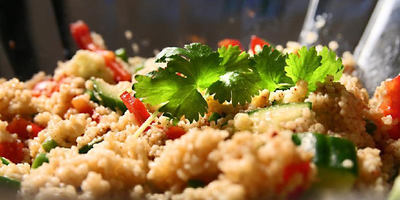 Couscous med friske grønnsaker - Denne her havner for på lista over '10 på topp raske middager'. Couscous går nemlig dobbelt så fort som pasta.