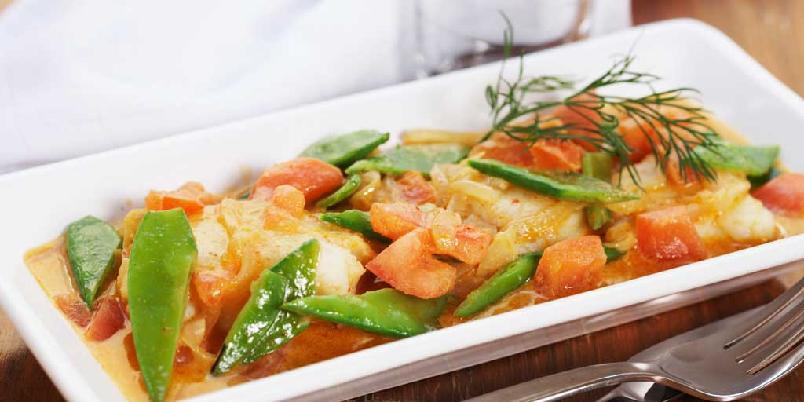 Fiskekarri med sukkererter og tomater - En velsmakende og sunn fiskemiddag som du lager på en-to-tre. Ønsker du å bruke annen fisk, så går det utmerket.