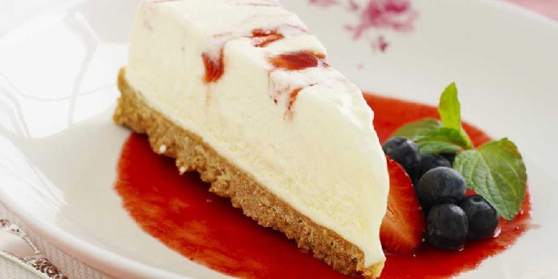 Osteiskake med jordbær - Denne iskaken kommer til å bli en av dine favorittdesserter. Søt, fyldig og god. Det kjekke med iskake er at du kan lage den når du har tid til overs og la den ligge i fryseren til du får gjester. På den måten har du alltid noe godt å by på.
