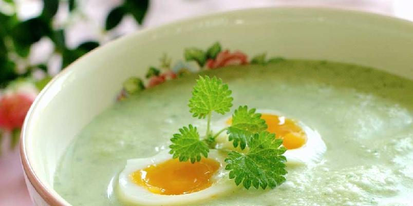 Neslesuppe med smilende egg - Det høres skummelt ut å lage suppe av brennesle, men sannheten er at suppen både smaker godt og ser nydelig ut , særlig når den serveres med kokte egg.
