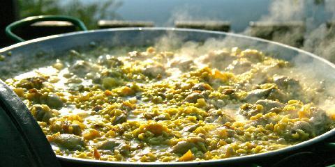 Paella - Paella er spanias nasjonalrett. Nydelig mat som er morsom å lage på sommeren. Det tar litt tid, men det har du når du koser deg i solen.