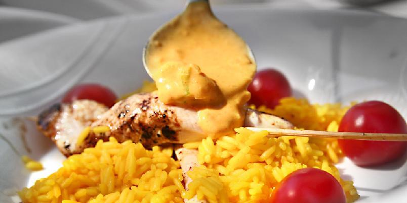 Kyllingfilet med karrisaus - Et kyllingbryst trenger tilbehør med mye smak. Sjekk ut denne nydelige karrisausen.