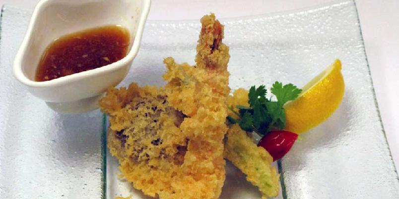 Tempura med tradisjonell japansk dip - Her er kjøkkensjef Lung Chuengs oppskrift på tempura, frityrstekte godbiter fra Japan. Røren lager du enten av ferdig tempuramiks eller helt fra grunnen.