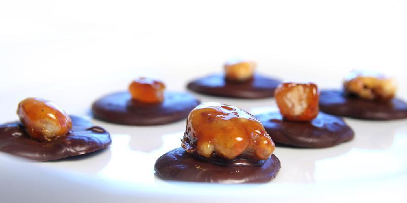 Sjokoladepletter med karamelliserte nøtter - Hjemmelaget konfekt er morsomt å server. De her lages av sjokolade og karamelliserte nøtter.