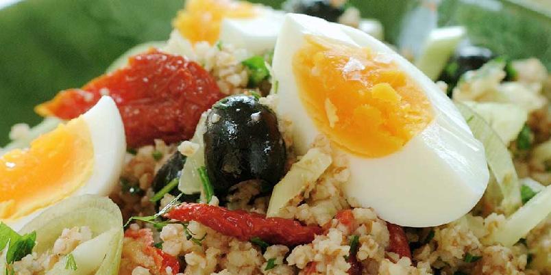 Bulgursalat med egg - Prøv denne bulgursalaten med smaksrike grønnsaker, hakkede urter og solgule eggebåter. En mettende og god salat som gjerne kan serveres til middag.