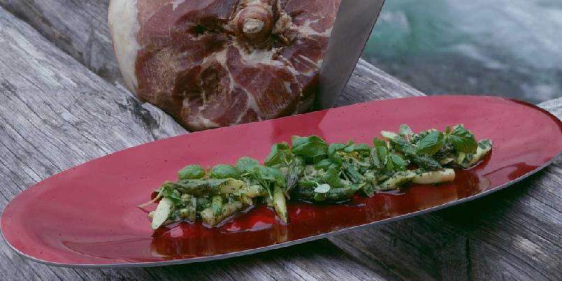 Kald aspargessalat - Asparges er sommermat, akkurat som spekemat. Det sier seg kanskje selv at dette er den perfekte salaten til spekeskinke, men salaten smaker godt også til koldtbord eller som salat på tur.