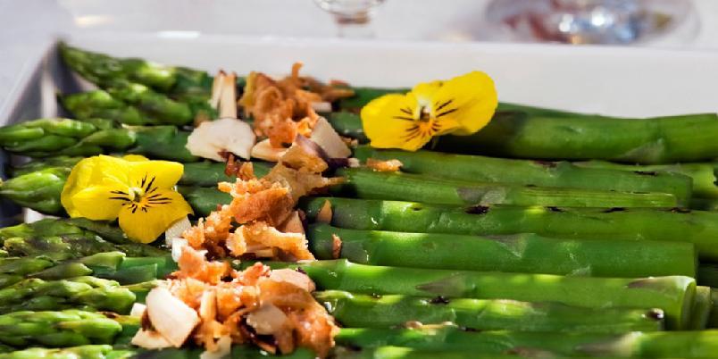 Friske asparges med ristede mandler - Dette er Tom Victor Gausdals deilige forrett med asparges og ristede mandler.