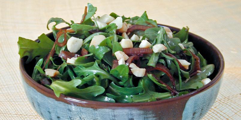 Ruccolasalat med sjalottløkvinaigrette - Dette er Clotilde Dusouliers oppskrift på en nydelig salat med deilig dressing.