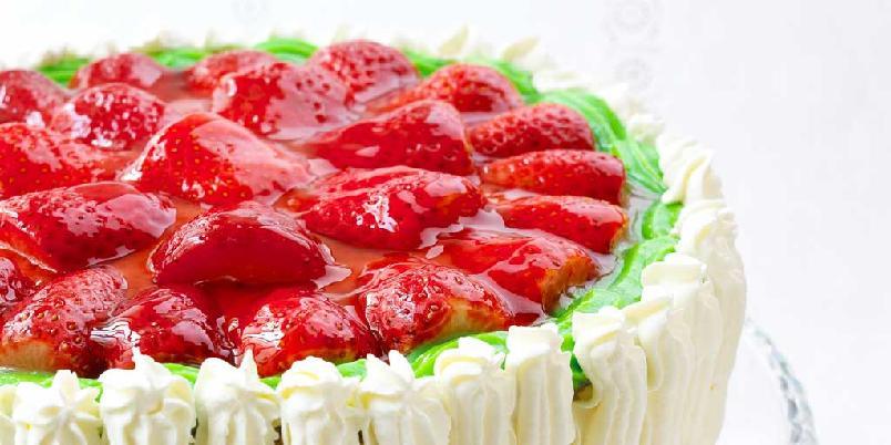 Romkake med jordbærlokk - Det er mange som gifter seg i løpet av året. Og du har kanskje lovet å bake en kake til den store dagen, men du er ikke helt sikker på hvilken kake du skal bake? Her kommer en herlig oppskrift. Og den passer selvsagt også til andre anledninger.