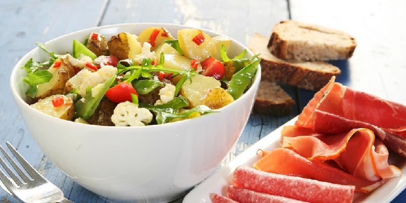 Sommerlig potetsalat - Like sikkert som sommeren kommer, kommer en oppskrift med nypoteter.