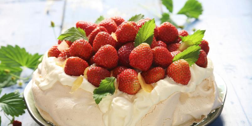 Jordbærpavlova med ingefærkrem - Her er en nydelig sommerkake med masse, friske, søte jordbær.