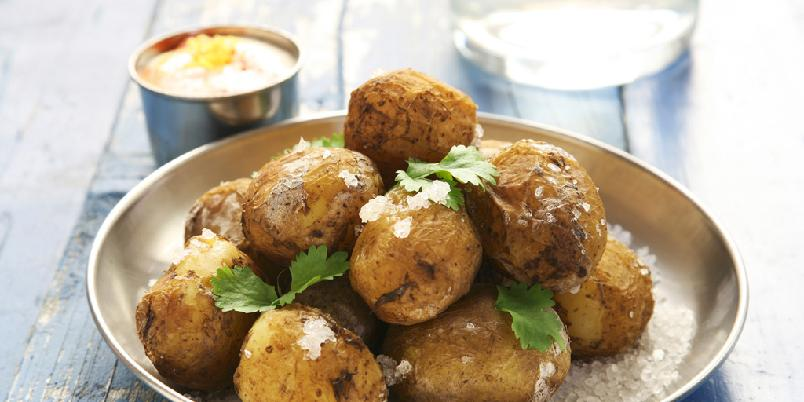 Saltbakte ferskpoteter med dipp - Saltbakte poteter er nydelig og her får du en dipp på kjøpet!