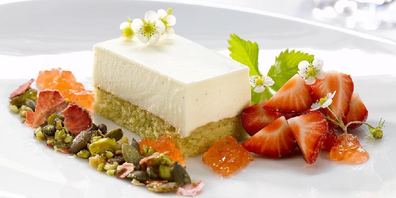Ostekake med Martini Brut og jordbær- og nøttemüsli - Her er oppskriften på en lekker ostekake med jordbær.