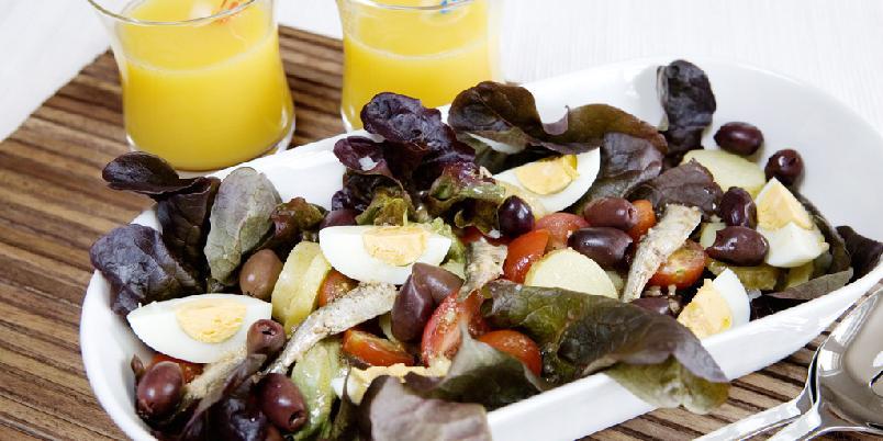 Salade Niçoise - Denne salaten er et måltid i seg selv, men kan brukes som tilbehør til f. eks grillet fisk.