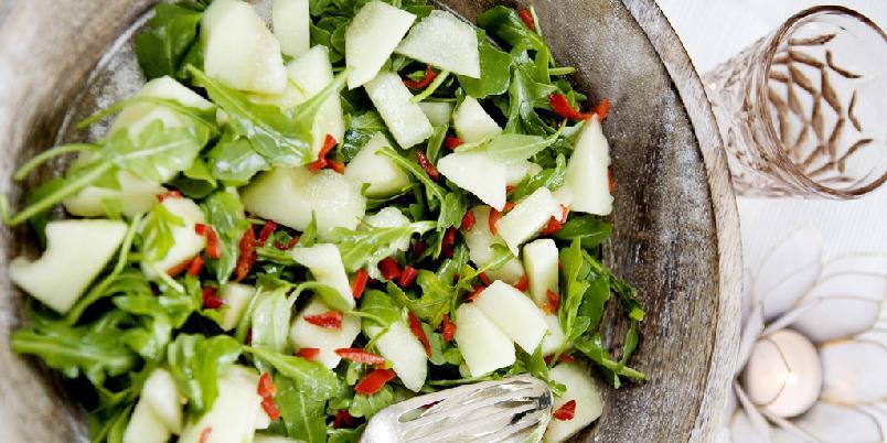 Ruccolasalat med honningmelon og chili - Sunnere salat enn den her skal du lete lenge etter. Chilien blir overraskende god med melon. Må prøves...