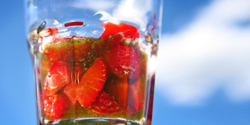 Jordbær med frisk basilikum - Dette er en morsom jordbærdessert. Du kan gjerne redusere litt på sukkeret om du synes det blir for søtt.