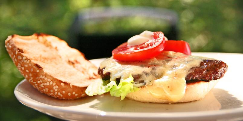 Grillet hamburger - Dette er Christopher Sjuves oppskrift på en klassisk hamburger.