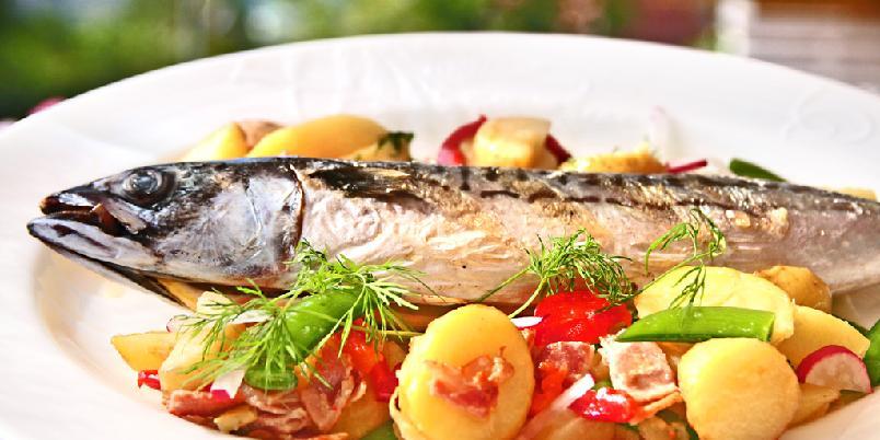 Grillet makrell med potetsalat - Smaken av makrell er smaken av sommer. Her serveres den med potetsalat.