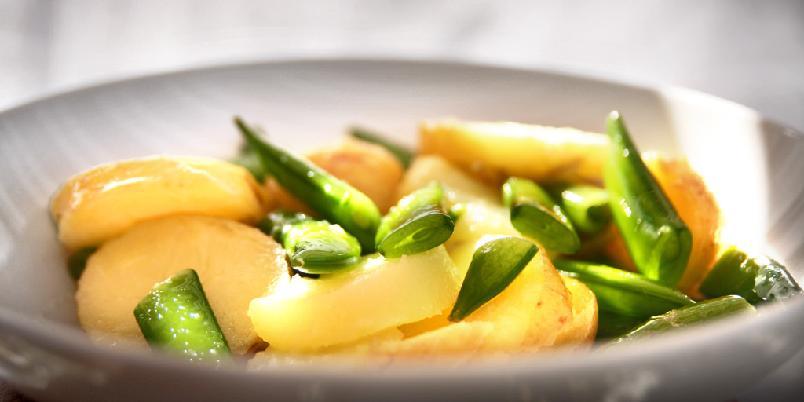 Potetsalat med sukkererter - Sukkerertene gir god knas til potetsalaten.