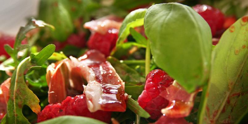 Salat med spekeskinke og friske bringebær - Salat med spekeskinke er rask og sunn middag. I denne varianten er det bringebær som setter en fin, frisk smak.
