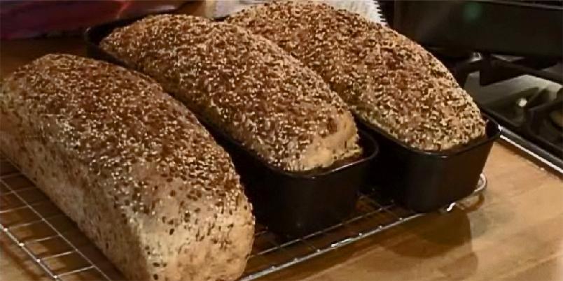 Brød med kesam og gulrot - Dette er Marit Røttingsnes Westlies nydelige oppskrift på gulrotbrød. Fordi det er både kesam og gulrot i brødet, blir det veldig saftig og godt. Det tåler derfor godt å bli fryst og opptint igjen.